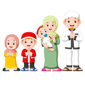 幸せな家族が3人の子供と一緒にied mubarakを祝っています