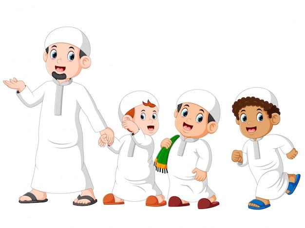 3人の男の子は彼の父親と一緒にiedムバラクを祝うために歩いています