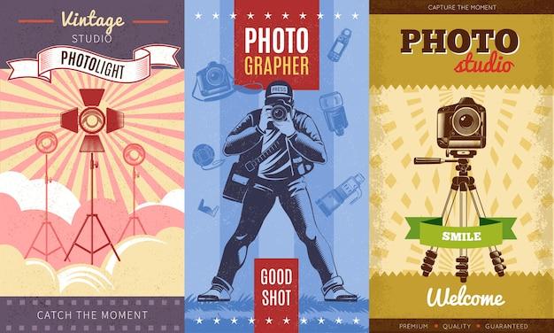 ビンテージスタジオフォトライトで設定された3つのカラーのビンテージカメラマンポスターは、フォトスタジオの笑顔の瞬間を捉えます