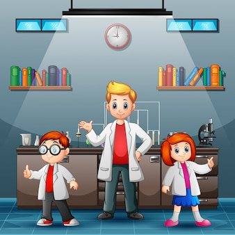 3人の若い科学者が研究室で笑っています。