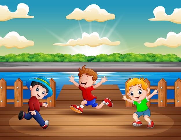 港で走っている3人の男の子のイラスト