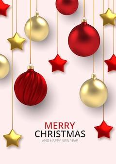 3d реалистичный фон золотые и красные рождественские шары и звезды в реалистичном стиле на белом фоне.