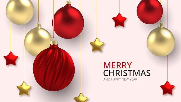 3dリアルな背景白い背景にリアルなスタイルの金と赤のクリスマスボールと星。