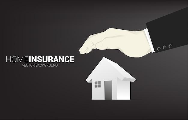 Домашний значок 3d с крышкой руки бизнесмена сверху. понятие домашнего страхования бизнеса и защиты дома.