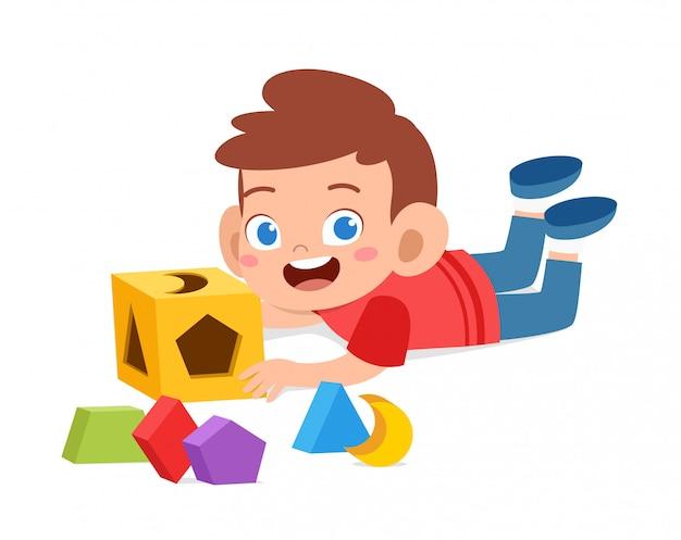 Счастливые милые дети играют учиться 3d геометрии