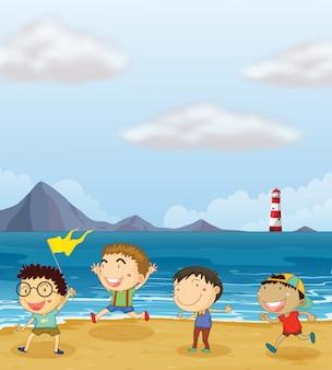 ビーチで遊ぶ4人の男の子