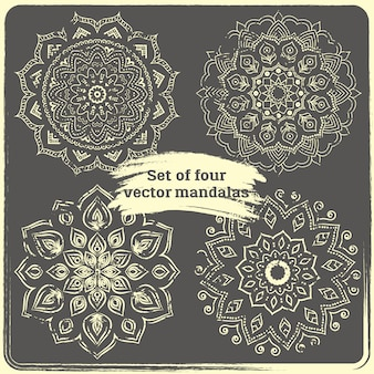 4つの手描きのマンダラのセットです。