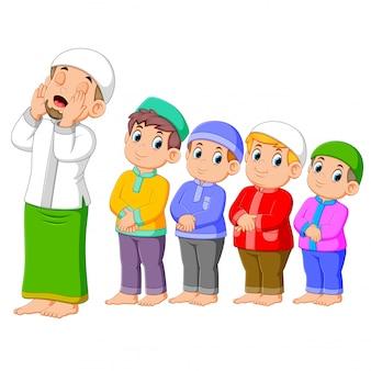 4人の男の子が正しいポーズと共に祈っています