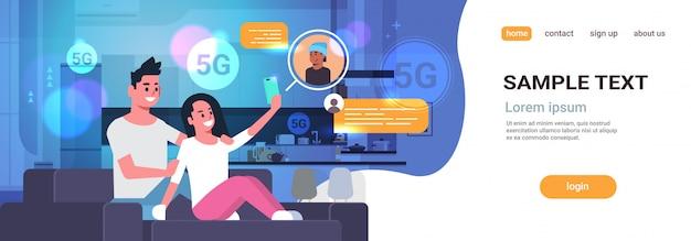 スマートフォンのチャットアプリのソーシャルネットワーク5 gオンライン通信インターネット接続の概念を使用してカップル
