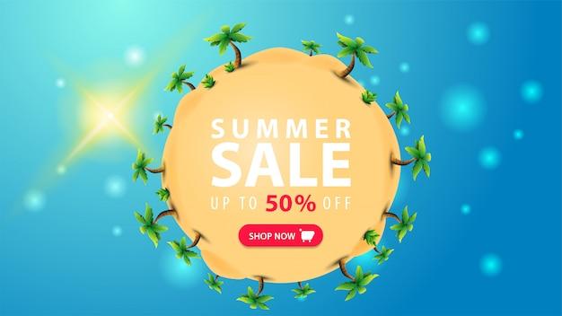 夏のセール、最大50%オフ、青い背景にヤシの木と砂のボールの形をした割引webバナー