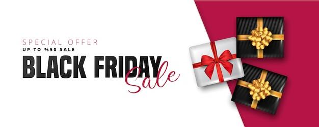 Скидка 50% на надпись «черная пятница», белые и черные подарочные коробки на белом и красном. может использоваться как плакат, баннер или шаблон.