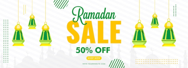 Рамадан продажа баннер с 50% скидкой и подвесные фонари, украшенные на белом