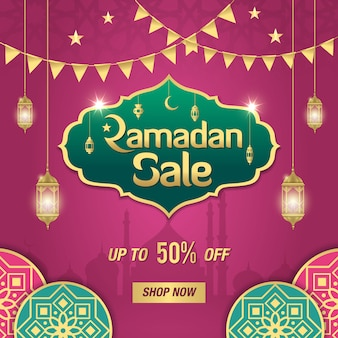 黄金の光沢のあるフレーム、アラビア語のランタン、紫色のイスラム飾りとラマダンセールバナー。最大50%の割引オファー