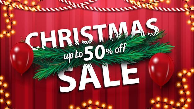 Новогодняя распродажа, скидка до 50%, красный горизонтальный баннер со скидкой с еловыми ветками, воздушными шарами и гирляндой