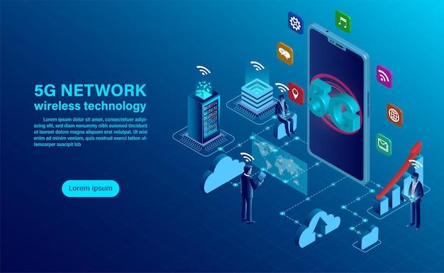 5gネットワークワイヤレステクノロジーのコンセプト。大きな文字5gのスマートフォンとモバイルデバイスを持つ人々が座って立っています。