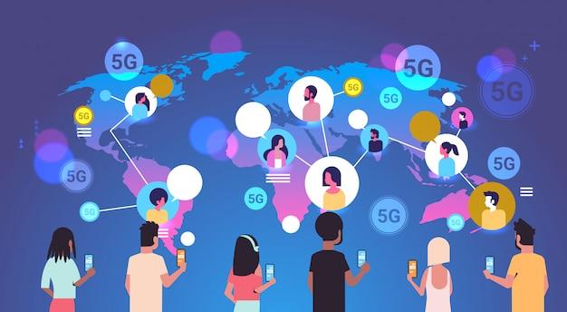 Люди, использующие смартфоны, 5g, онлайн, беспроводная система, связь, глобальные, коммуникация, концепция, гонка, мужчины, женщины, беседа, карта мира, фон, горизонтальный, портрет.