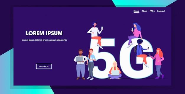 Смешайте людей, использующих цифровые устройства подключение к беспроводным сетям 5g онлайн пятое инновационное поколение концепции высокоскоростного интернета