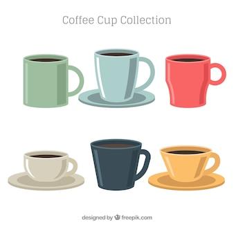 異なる色の6つのコーヒーカップのコレクション