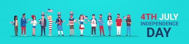 ハッピー独立記念日7月4日の混合レースの人々の伝統的な服米国の旗を祝う旗