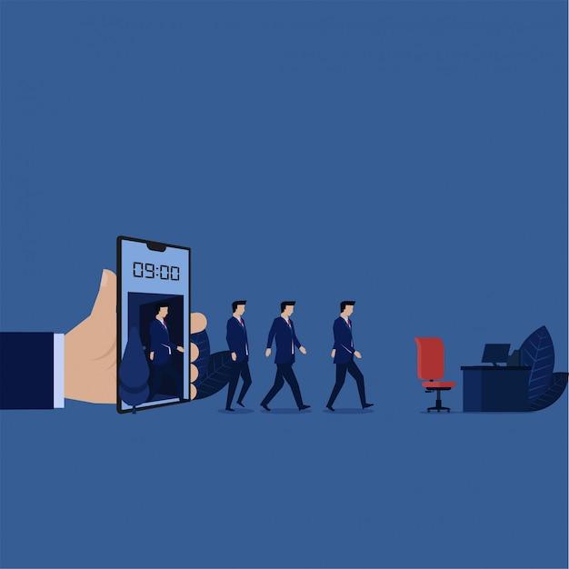 Прогулка бизнесмена от телефона на 9 часах к метафоре стола рабочего времени.