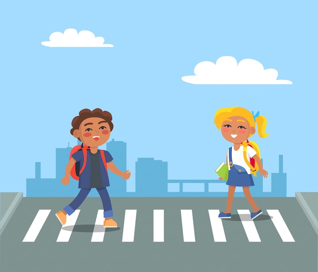 都市の歩行者の通りを横断する子供たち