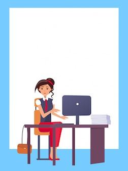 コンピューターに入力するきれいな女性のオフィス職場