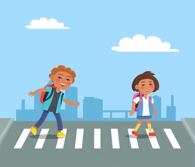 道路を横断する赤いリュックサックと陽気な子供たち