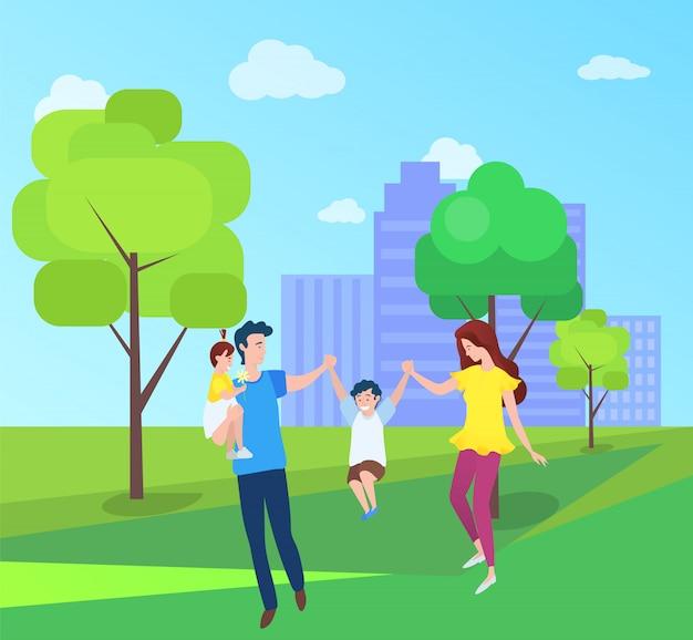 ママとパパ、男の子の女の子が一緒に屋外で時間を過ごす