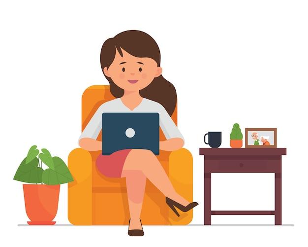 若い女性が座ってノートパソコンを自宅で仕事