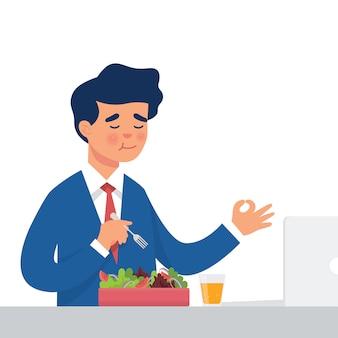 Работник ест салат в своем кабинете