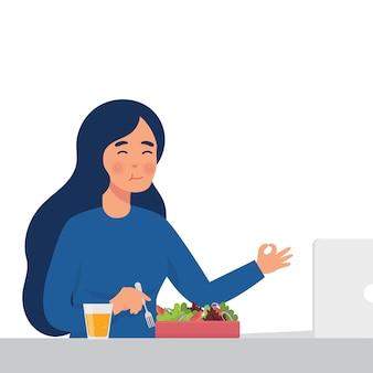 女性はサラダを食べる