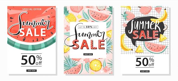 Набор летней продажи баннеров шаблонов. креативные надписи и тропические фрукты для сезонных распродаж. векторная иллюстрация для скидки.