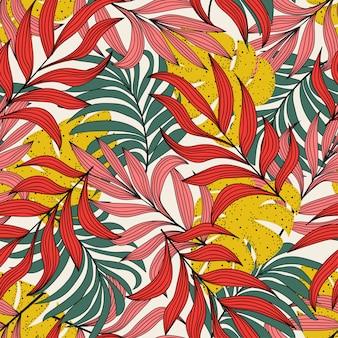Оригинальный тропический бесшовный узор с растениями и листьями желтого цвета на белом фоне