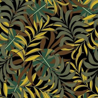Тропический бесшовный узор с листьями и растениями в пастельных тонах на темном фоне