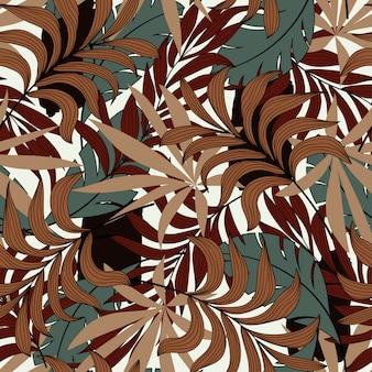 Модный бесшовный узор с тропическими коричневыми и зелеными листьями