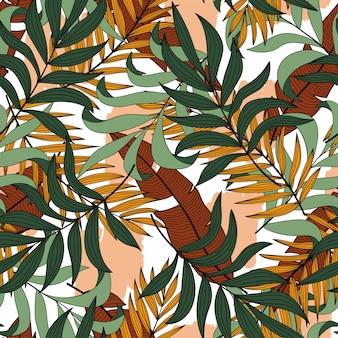 Модный тропический бесшовный узор с разноцветными экзотическими листьями и растениями