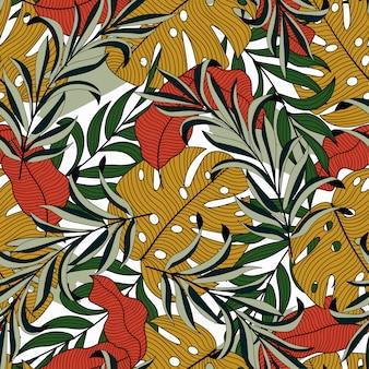 Модный тропический бесшовный фон с разноцветными экзотическими листьями и растениями в желтом