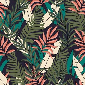 Модные тропические бесшовные модели с ярко-розовыми и зелеными листьями