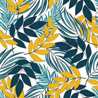 Летний тропический бесшовный узор с яркими растениями и листьями на светлом фоне