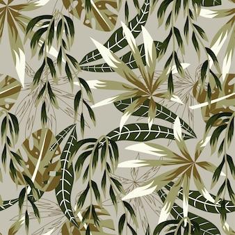 Абстрактный яркий бесшовный фон с разноцветными тропическими листьями и растениями на бежевом