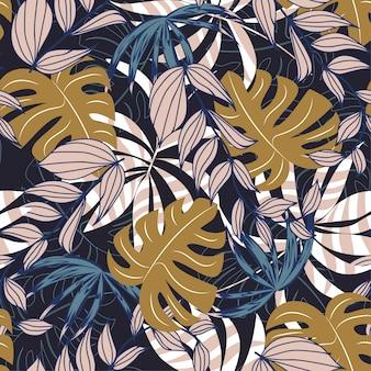 カラフルな熱帯の葉と暗い背景に植物のトレンドの抽象的なシームレスパターン