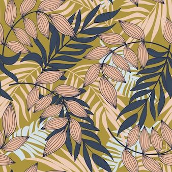カラフルな熱帯の葉とマスタードの背景に植物と抽象的なシームレスパターン