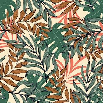 カラフルな熱帯の葉とベージュ色の背景に植物の抽象的なシームレスパターン