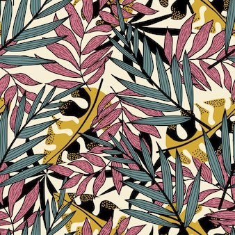 カラフルな熱帯の葉とベージュ色の背景に植物のトレンド抽象的なシームレスパターン