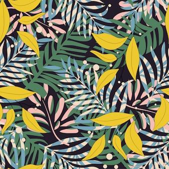Тенденции абстрактный бесшовные модели с красочными тропическими листьями и растениями на черном фоне