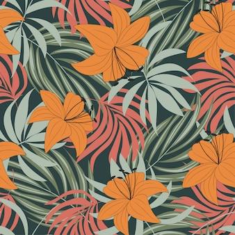 Тенденции абстрактный бесшовные модели с разноцветными тропическими листьями и цветами на сером фоне