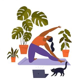 Женщина занимается йогой дома с кошкой