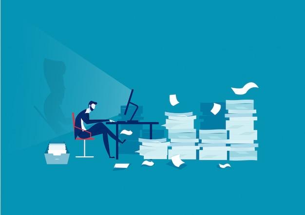 Бизнесмен трудолюбивый на много бумаги с низким уровнем заряда батареи