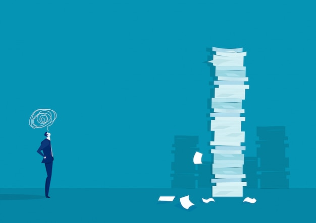 Бизнесмен думает и решение с очень высоким стеком бумаги против человека