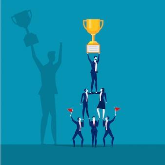トロフィーを持って成功するビジネスチーム。